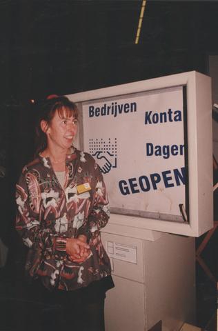 651260 - Mooi zo, goed zo. Annemieke Hamers tijdens de Bedrijven Kontakt  Dagen in september 1997 bij de stand van Mooi zo, Goed zo.
