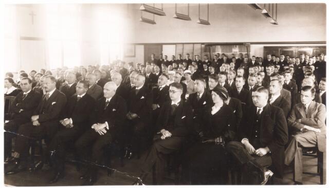052226 - Onderwijs. Textielschool. Aanwezigen bij de huldiging van de secretaris van de Middelbare Textielschool. dhr. C.B. Janssens-Minderop. Op de voorgrond v.l.n.r: Hr. Blomjous, F. van Dooren, F. Mutsaerts, Van Oudenhoven, B. Janssens, mw. Handels, en L. Janssens (weth). Achter F. Mutsaerts J. Verschuuren, achter van Oudenhoven F.P. van Dooren en tussen hen  van Dusseldorp, N. Aelen en A. van Delft. Achter Verschuuren B. Van Spaendonck, tussen Blomjous en F. van Dooren: Frans van Spaendonck.