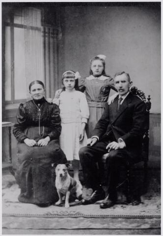 045966 - De Goirlese brievenbesteller Cornelis Couwenberg met zijn gezin. Van links naar rechts zijn vrouw Maria Louisa Swinkels, geboren te Lieshout op 29 november 1865, dochter Francisca Josephina Maria Couwenberg geboren te Goirle op 5 maart 1907, dochter Johanna Hendrica Francisca Maria Couwenberg, geboren te Goirle op 5 november 1904 en Cornelis Couwenberg, geboren te Lieshout op 4 december 1857. Op 19 september 1916 verhuisden de kinderen Couwenberg naar Aarle-Rixtel. Hun ouders volgden op 3 augustus 1917.