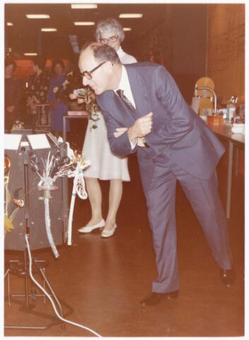 """039281 - Volt. Noord. Directie, Management. Ir. A. v.d. Bos was directeur van Volt van 1 april 1970 tot 30 juni 1977. Bij zijn afscheid kreeg hij van elke productieafdeling een """"bloem"""" aangeboden die was samengesteld uit producten die op de betreffende afdelingen gefabriceerd werden. Op de foto v.d. Bos met echtgenote."""