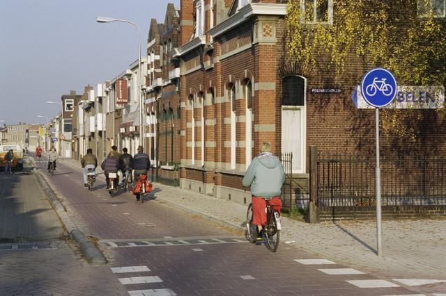 TLB023000807_001 - Fietsers op de Koestraat ter hoogte van het Molenbochtplein.