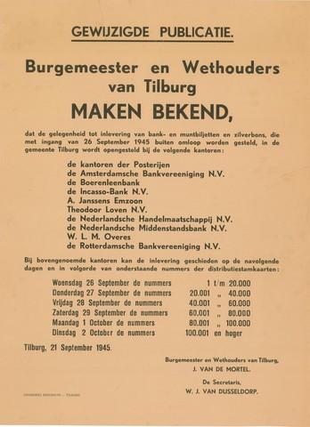 1726_074 - Affiche Tweede Wereldoorlog.   Gewijzigde publicatie. Burgemeester en wethouders van Tilburg maken bekend, dat de gelegenheid tot inlevering van bank- en muntbiljetten en zilverbons, die met ingang van 26 september 1945 buiten omloop worden gesteld in de gemeente Tilburg  kan worden gedaan bij diverse kantoren in Tilburg.   Afgegeven op 21 september 1945 te Tilburg. Ondertekend door Burgemeester Jan van de Mortel en Secretairs W.J. van Dusseldorp.   Afmeting: 40x55 cm, Drukkerij Bergmans-Tilburg.  WOII. WO2.