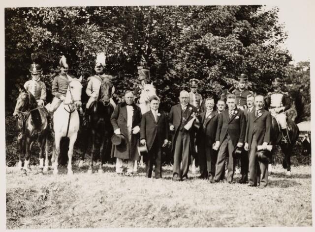 048949 - Festiviteiten bij het 100-jarig bestaan van Koningshoeven. staande vlnr: Jan  Coolen, Lambert de Wijs, Piet Smits (voorzitter) Theo van Dun, Van Gelooven, Nico Smulders, Sjaak Klessens, Karel Evers