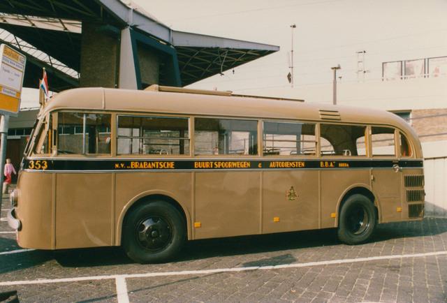 651331 - Tilburg, 125 jaar stad aan het spoor. Manifestatie. Ook deze oude bus (nummer 353) reed rondjes door Tilburg tijdens 1 en 2 oktober 1988 door Tilburg. Op zaterdag bleven de bussen binnen de Ringbanen; op zondag kwamen ze ook in de wijk het Zand en deden daar station West aan.