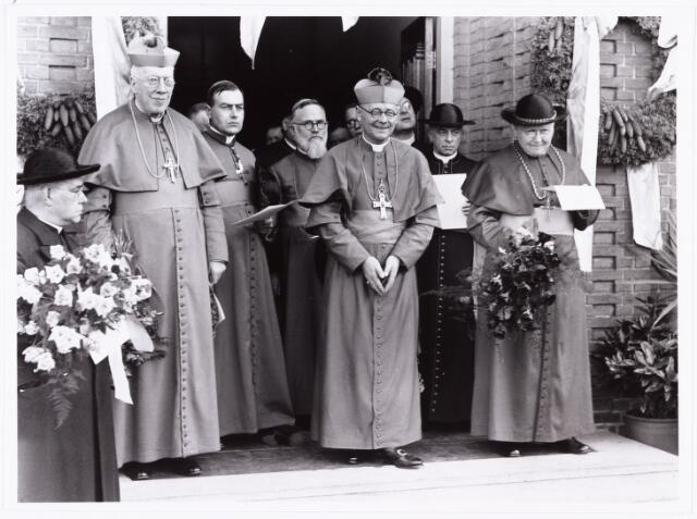 007611 - Bisschopswijding Mgr J.F.M. Pessers, Bisschoppen bij de huldiging. Mgr Pessers is geboren 5 februari 1896, gestorven 3 april 1961.