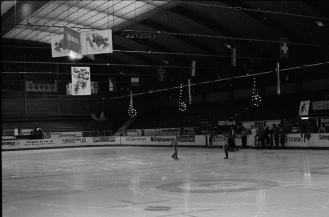656861 - Schaatsfeest IJsvrij in de Pellikaanhal. Georganiseerd in samenwerking met de ANWB op 9 februari 1985.  Sport. Schaatsen. IJsbaan.