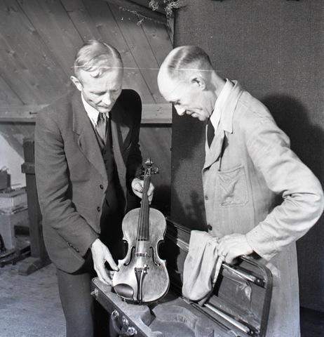 654514 - vioolbouwer jan van Gorp (rechts)
