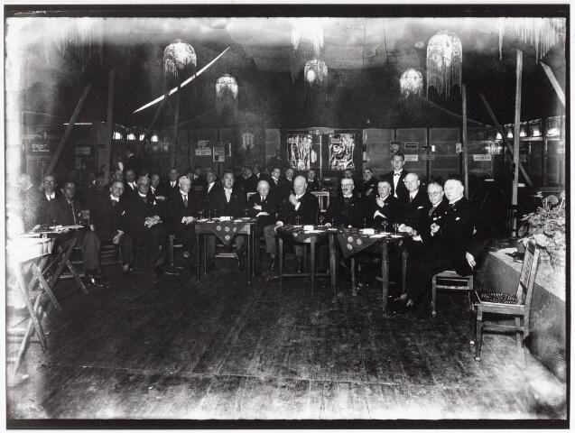 042643 - Gemeentebestuurders en notabelen bijeen in een feesttent ter gelegenheid van de ingebruikname van het Paleis-Raadhuis op 1 augustus 1936. Zittend, vijfde van rechts, burgemeester Vonk de Both