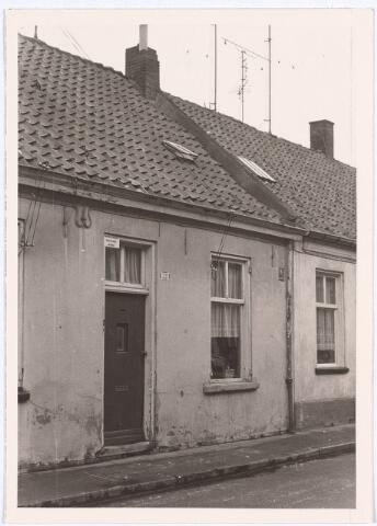 017191 - Onbewoonbaar verklaarde woning Capucijnenstraat 221 eind 1969