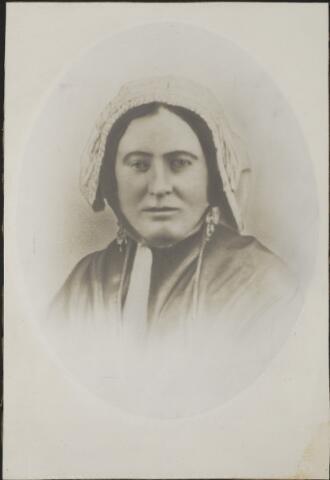604089 - Maria Cornelia Paijmans, geboren te Tilburg op 13 april 1844 als dochter van Peter Paijmans en Johanna Maria Jacobs. Zij huwde op 11 mei 1871 te Tilburg met Cornelis van Rooij. Hij werd geboren te Dongen op 27 december 1838 als zoon van Antonie van Rooij en Johanna Loonen.  Maria van Rooij-Paijmans overleed te Tilburg op 6 januari 1900.  Op de sterk geretoucheerde foto draagt Maria klederdracht, in dit geval moeilijk te zien welke, aangezien de Brabantse muts aardig vertekent is door de fotograaf.