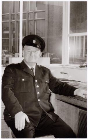 039313 - Volt. Zuid. Hulpafdelingen, Portiers, Bewaking. De heer Spapens van de Volt bewakingsdienst in de bewakingsloge aan de Groenstraat rond 1970.