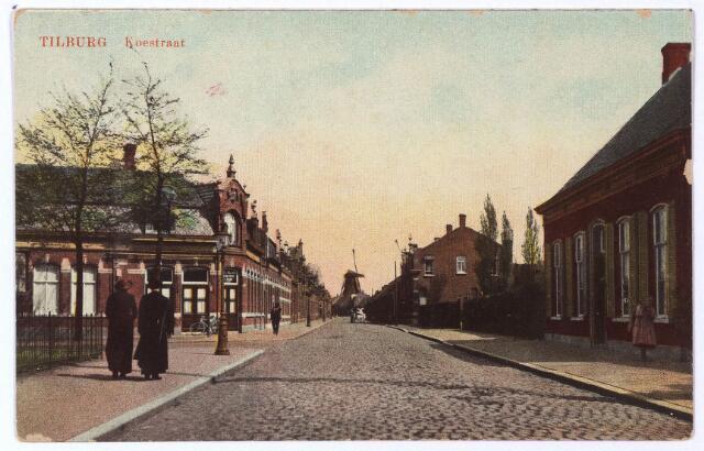 001463 - Koestraat in noordelijke richting. Op de achtergrond de Veldhovense molen van Teurlings aan het Rosmolenplein. Links op de hoek van de Leonard van Vechelstraat café Kerkzicht.