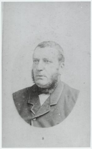 056170 - Cornelis Rens geboren te Goirle op 12 november 1837 en aldaar overleden op 8 januari 1904. Hij was fotograaf, fabrikant van weefgetouwonderdelen, wiel- en houtdraaier, verver/glazenmaker, stoelenmaker, koperslager en wethouder. Hij trouwde met Anna Maria van Croonenburg. Hun zoon Jan Baptist was later in Goirle werkzaam als architect, textielfabrikant en burgemeester.