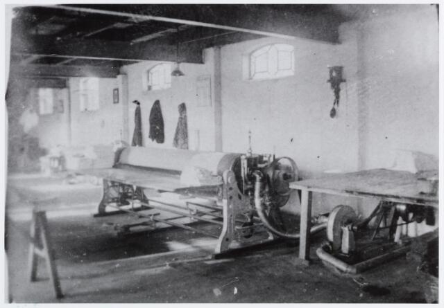 057180 - Oisterwijk. Interieur Eerste Oisterwijksche Stoomwasch- en Strijkinrichting Reingoed in de jaren dertig. Op de foto de mangel
