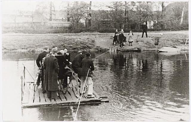 012394 - Tweede Wereldoorlog. Vernielingen. Nog voor de bevrijding werd naast de vernielde brug in de Enschotsestraat een noodpontje ingezet