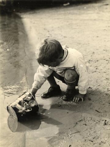 602757 - Onbekend jongetje spelend met een emmertje aan het strand. De fotograaf was Paul Kessels. Hij gebruikte zijn foto´s doorgaans voor fotowedstrijden van fotovakbladen als Focus en Lux.