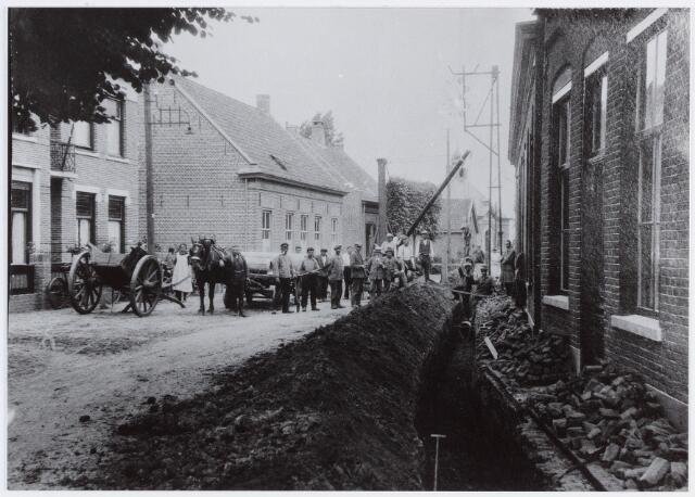 056973 - Raadhuisstraat. In 1927 kwam de eerste ondergrondse riolering tot stand in de Raadhuisstraat, voorheen Pianostraat.
