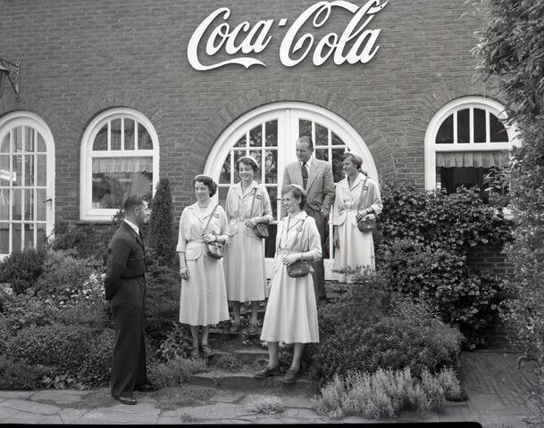 654843 - Gastvrouwen van de Coca-Cola fabriek