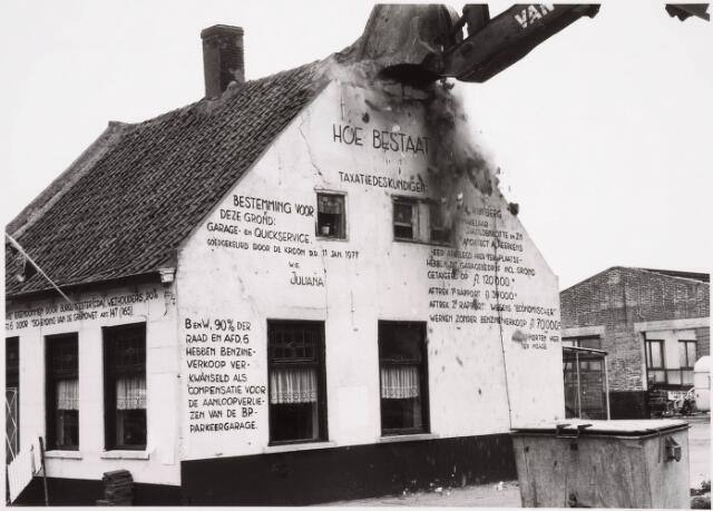 036247 - Op 11 juni 1982, precies om 15.00 uur, begon de firma Van Hees met de sloop van garage Oppermans aan het Lijnsheike, waarmee een einde kwam aan een langdurig conflict tussen eigenaar en gemeente