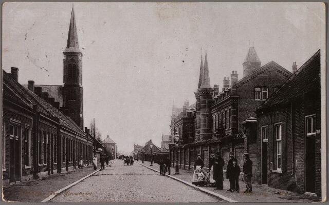 010314 - Lange Nieuwstraat in oostelijke richting. Rechts het St. Josephgesticht, links het torentje van het clarissenklooster.