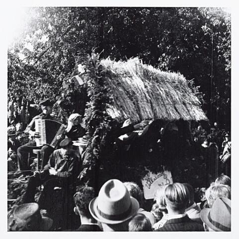 012202 - WO2 ; WOII ; Tweede Wereldoorlog. Wagen in de bevrijdingsoptocht van 9 mei 1945 in het Wilhelminapark