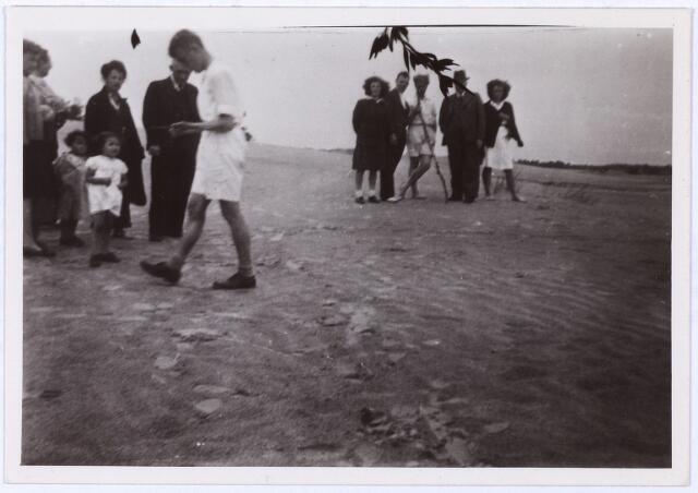 013891 - WO2 ; WOII ; Tweede Wereldoorlog. Opgraving in de Loonse en Dunense duinen in juli 1946. De plaats waar de stoffelijke resten van de aldaar gefusilleerde verzetstrijders zich zouden bevinden, wordt gezocht door de heer Cleiren, die gebruik maakt van een wichelroede