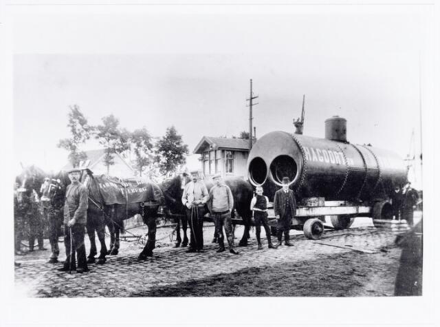 038185 - Metaalindustrie. Vervoer van een stoomketel vervaardigd door stoomketel fabriek firma K. Hagoort hier nog gevestigd aan de Enthovenseweg nabij de gelijkvloerse spoorwegovergang bij de Enthovensestraat, later aan de Dijksterhuisstraat. De speciale lorrie was van K. Hagoort. De paarden waren van voerman/transportbedrijf Jos Broecks uit de Telegraafstraat.