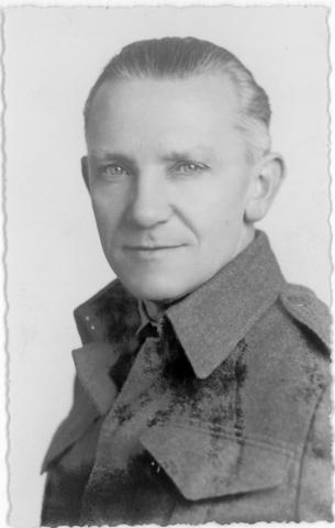 1709_0046 - Portret van Harry Franken in zijn tijd als tolk bij de RAF 1944-45. Familie Franken-Donders