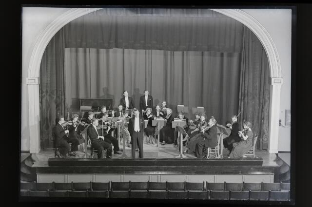 650661 - Schmidlin. Uitvoering van een studentenorkest in Cinema Royal, juni 1950.
