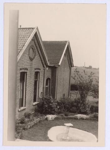 025671 - Zijgevel van de school aan de Heikant, de tegenwoordige Leharstraat, in 1966