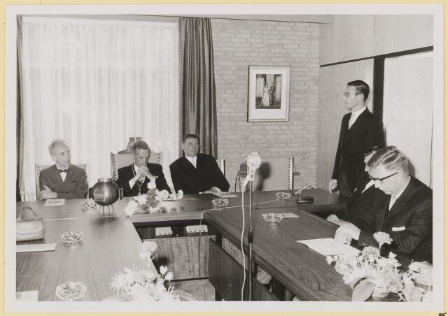 072939 - Opening gemeentehuis door de Commissaris van de Koningin Kortmann.  Bijzondere raadsvergadering. Toespraak door waarnemend secretaris L. Hendriks.