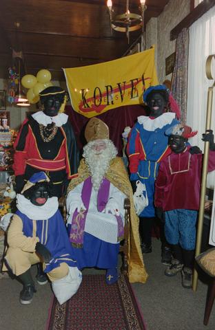 1237_001_003_002 - Feest. Korvel Winkelstraat. Sint Nicolaasviering. Sinterklaas en vier Zwarte Pieten tijdens een Sinterklaasfeest georganiseerd door winkeliersvereniging Korvel Vooruit.
