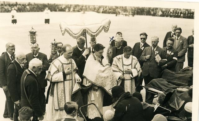 1709067 - Religie. Katholiek. Zegening van de zieken. Uit de fotocollectie van de Tilburgse familie Franken / Donders.