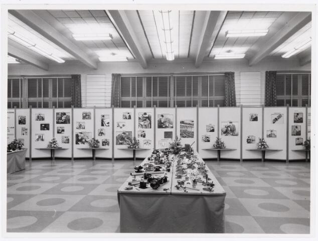 """038933 - Volt. Zuid. Tentoonstelling vakliedenopleiding Volt april/mei 1957. Locatie kantine Voltstraat. Deze kantine was de bovenverdieping van gebouw B. Zie boekje """"Tussen gloeilamp en hoogspanningstrafo"""" bldz. 40.  Overzichtsfoto."""