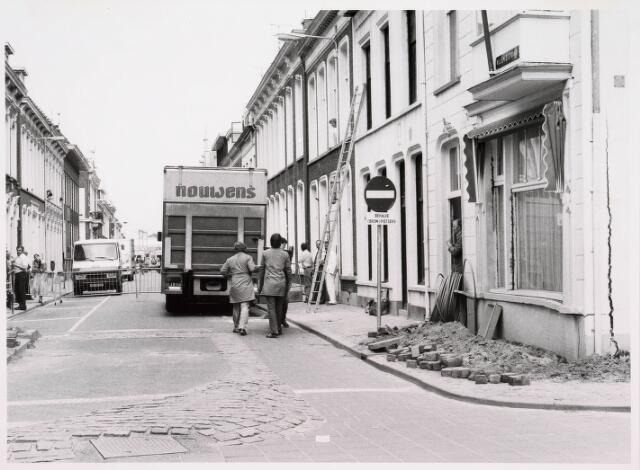 035341 - Tijdens graafwerkzaamheden dreigde het pand aan de Willem II-straat nr. 66 in te storten . Destijds bewoond door de heer van der Schoot en zijn  moeder mevrouw van der Schoot- Kruijssen. Het pand werd onmiddellijk gesloopt.