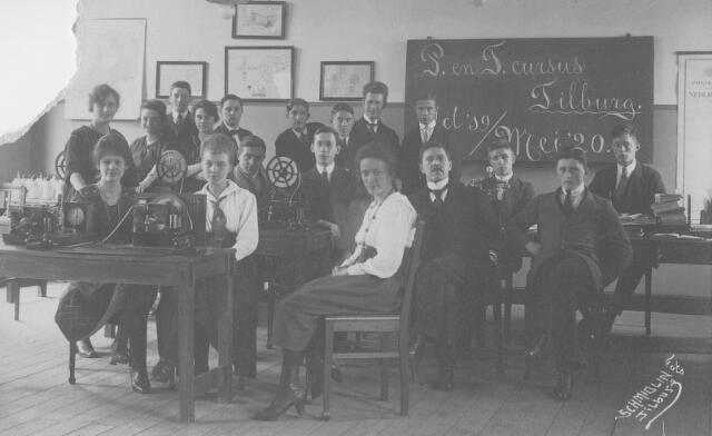 064209 - Onderwijs. Deelnemers aan een cursus georganiseerd op het post-, telefoon- en telegraafkantoor aan de Telegraafstraat.