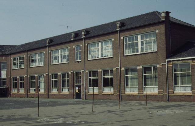 656498 - Afbraak van de Sint Josephschool in de Hoefstraat Tilburg in 1990.
