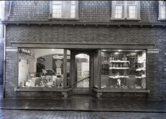 653796 - Middenstand. Winkel van Harrie Brocken, gespecialiseerd in haarden en fornuizen.