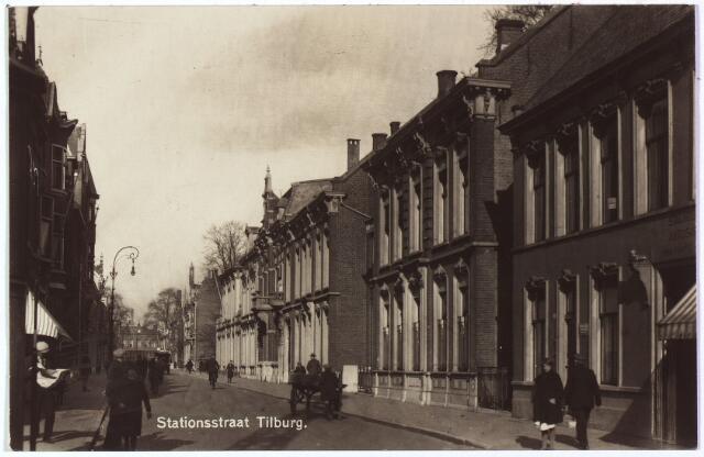 002606 - Stationsstraat richting Spoorlaan. Het tweede pand rechts Stationsstraat M 1110, is vanaf 1910 bekend als nr. 38 en bovenwoning nr. 40. Reeds rond 1900 was in dit pand een filiaal gevestigd van de Nederlandsche Bank. Het pand werd tevens bewoond door de agent van deze bank, Bernardus H.M. Mutsaers, getrouwd met Agnes C.M.J. van Spaendonck. In 1923 werd huisnummer 38 officiëel samengevoegd met nr. 40. In 1930 volgde een grondige modernisering van het 'Agentschap der Nederlandsche Bank'. De bovenwoning wordt dan bewoond door magazijnknecht Franciscus J. de Cort, later door zijn zoon, conciërge P.P.F. de Cort.  Rechts van de bank het pand Stationsstraat 42: de stalhouderij van de familie Marsé.
