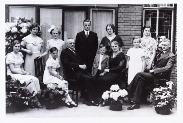 007541 - Zilveren huwelijksfeest Petrus J.B. Ooms en Martha Fr.J. de Kort, Tilburg 26 mei 1934. In het midden het zilveren paar. Zij overleed een jaar later te Tilburg op 10 oktober 1935. Bij zijn moeder de jongste zoon Josephus F.P. geboren Tilburg 12.4.1925, achter het echtpaar de oudste zoon en dochter, Cornelia M.J. geboren Tilburg 21.4.1910 en Franciscus J.P. geboren Tilburg 9.9.1912. Zittend rechts zoon Augustinus J.Fr. geboren Tilburg 21.1.1914, links van hem Maria L.J geboren Tilburg 22.2.1922, links boven hem Anna M.J. geboren Tilburg 6.3.1919, zittend links van haar vader Pauline J.M. geboren Tilburg 29.9.1927, boven haar Jeanette C.M. geboren Tilburg 29.8.1920, kwam om het leven bij een bombardement in Rotterdam op 16.2.1941. Geheel links de dochters Martha C.J. geboren Tilburg 20.4.1911 en Francisca J.M. geboren Tilburg 19.4.1917.