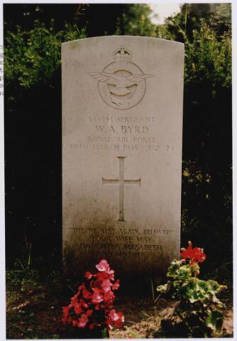 045731 - Tweede Wereldoorlog. Graf C.3.10 op de begraafplaats van de parochie St. Jan. Hier ligt William A. Byrd, sergant, 24 jaar oud, gesneuveld op 30 maart 1945, R.A.F., 2844 Squadron Regiment (grondtroepen)