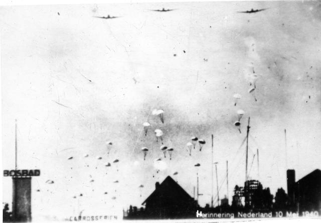 """830022 - Tweede Wereldoorlog. Oorlogsjaren. Duitse parachutisten in de lucht. """"Duitse valschermjagers boven Den Haag"""""""