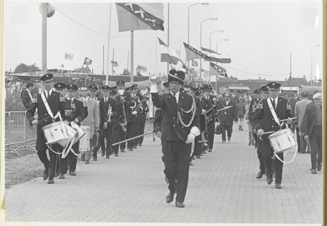91673 - Made en Drimmelen.  Tijdens de officiële opening van Jachthaven De Biesbosch verzorgt de R.K. Fanfare St. Cecilia, Made de muzikale omlijsting.