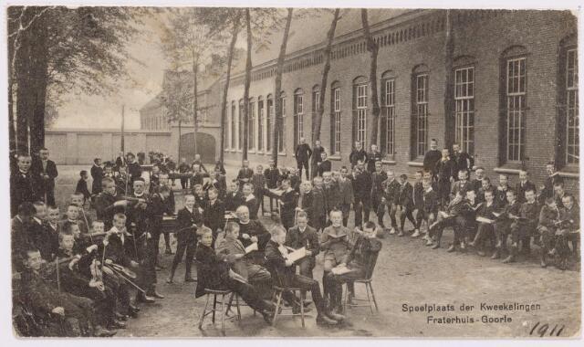046463 - Muziekonderwijs. Musicerende kwekelingen op de speelplaats van de kweekschool voor Fraters. De muziekleraren waren frater Hypolitus Antoni en frater Realimus Donders.