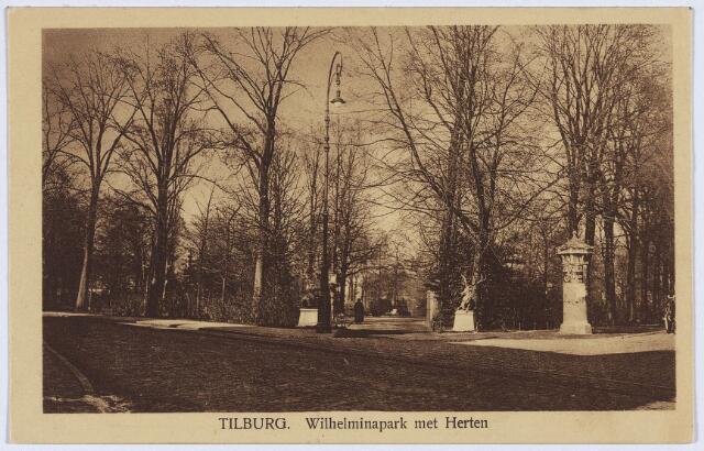 002863 - Herten bij de ingang van het Wilhelminapark. Voor de ingang een fraaie straatlantaarn in Jugenstil, rechts een reclamezuil.