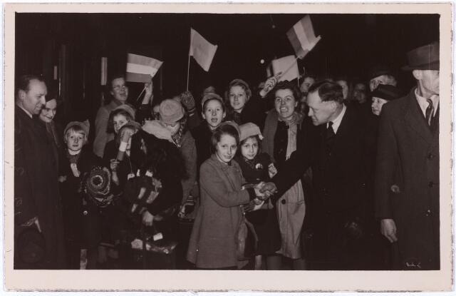 012907 - Tweede Wereldoorlog. Op 3 maart 1945 vertrokken 50 Tilburgse kinderen naar het Engelse kamp Cottingham in Hull om daar aan te sterken. Ze werden begeleid door pater Kärner, kampleider Oosterbaan, Elly Heerkens, Tilly Jansen, Riet Mulders, Lien Montagne en Leny Verschuuren. Op de foto de aankomst in het kamp op 11 maart 1945