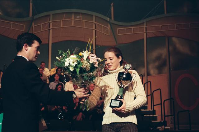 1237_010_756_024 - Sport. Gala. Foto in opdracht van de Tilburgse Koerier van het Sportgala in 1996. Een jonge sporter ontvangt de jeugdsport stimuleringsprijs.
