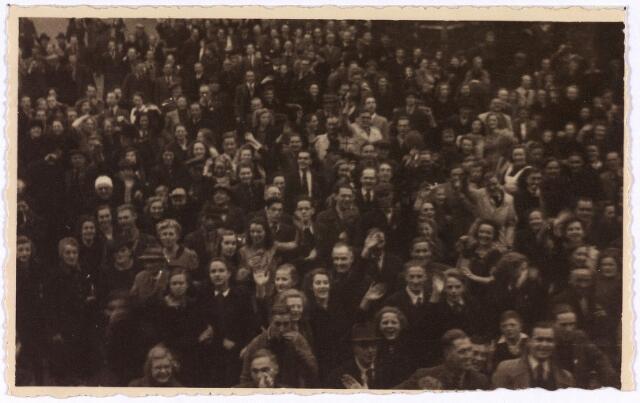 013332 - Tweede Wereldoorlog. Bevrijding. Een uitgelaten menigte op de Markt wacht op de terugkeer van het gemeentebestuur