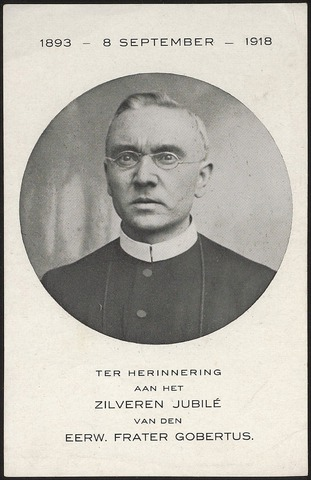 603851 - Familie Dudar, Tilburg. Deze foto werd gemaakt ter herinnering aan het zilveren van Henricus Joannes Alphonsus Dudar, bekend onder de naam Frater Maria Gobertus. Hij werd geboren in Tilburg op 15 juni 1876 en trad in, in de Congregatie van de Fraters van Tilburg op 8 september 1893 .Hij heeft zijn professie gedaan met de eeuwigdurende geloften op 27 augustus 1897 en is overleden op Aswoensdag  in het Moederhuis van de Fraters op 7 februari 1951. Hij stond bekend als een vriendelijke wijze man, een model-kloosterling.