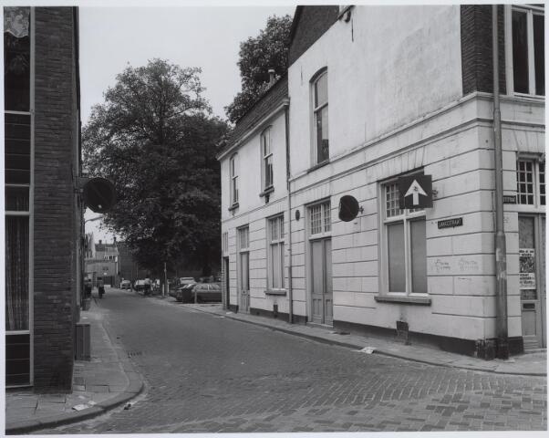 025443 - Langestraat gezien vanuit de Poststraat halverwege 1981